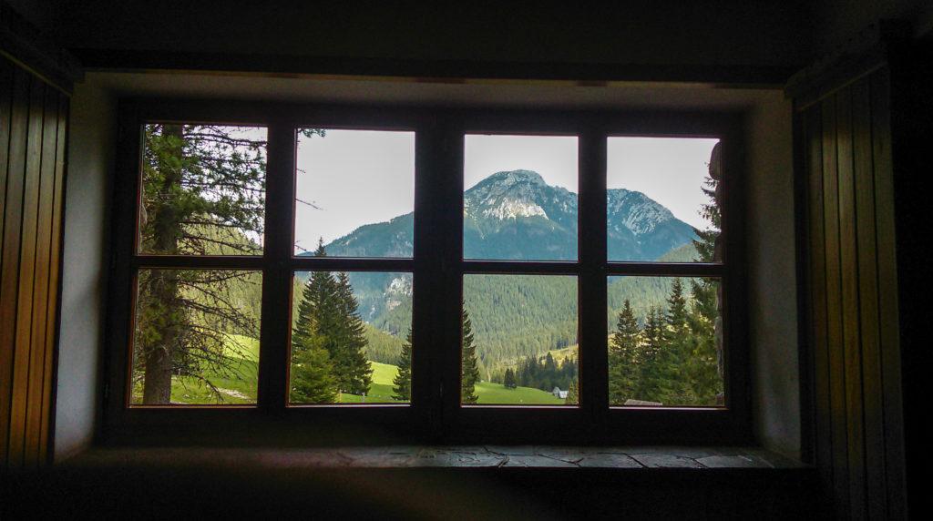 Widok z okna w schronisku.