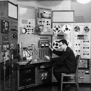 Profesor Lejaren Hiller w swojej pracowni Experimental Music Studio na University of Illinois's